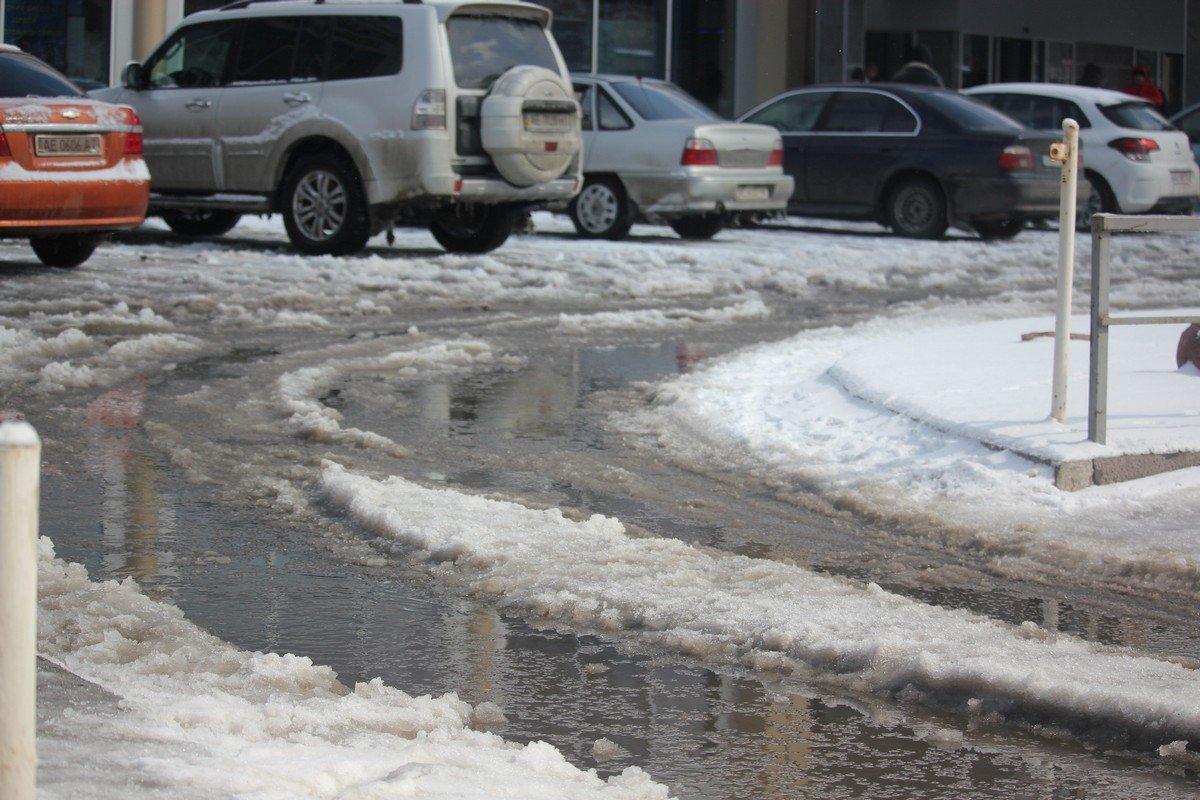 На улицах города много талой воды