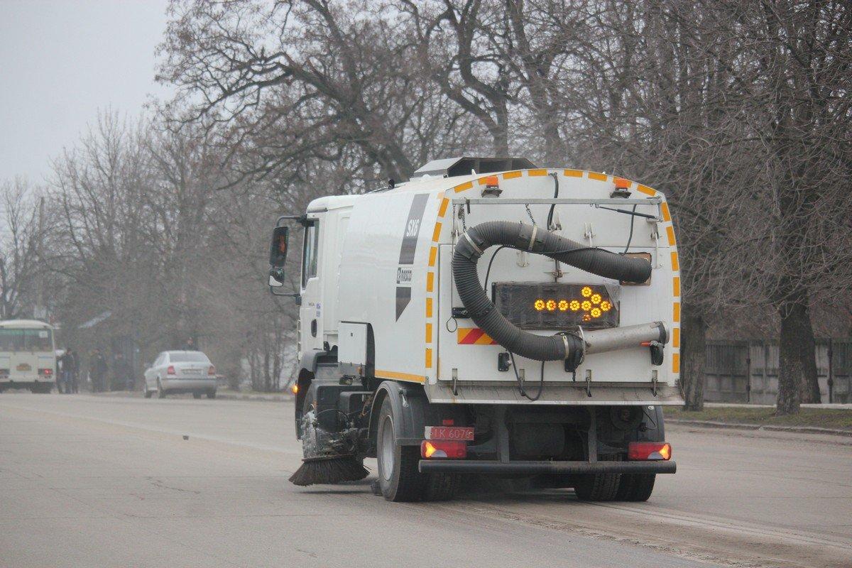 Машина коммунальщиков чистит проезжую часть