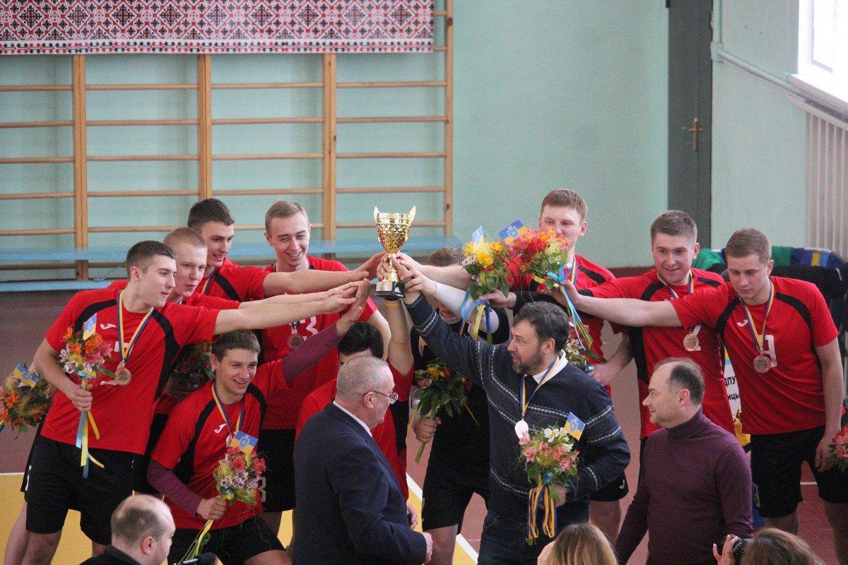 Тренер Александр Ростенко со своей командой «ФФВ ЦДПУ» из Крапивницкого