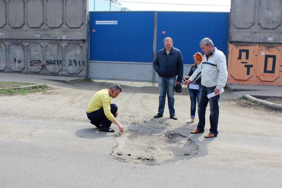 Комиссия обследует качество выполненного ремонта на улице Княжеской
