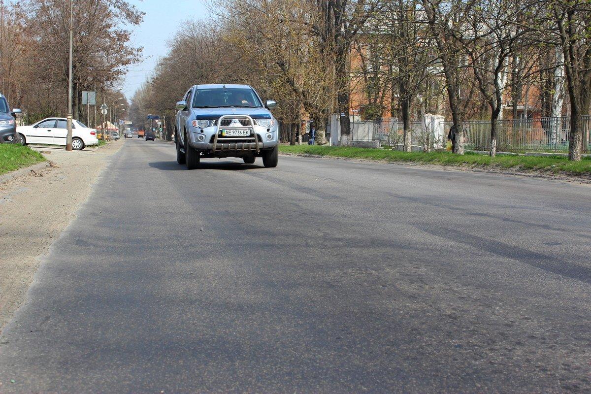 Несоблюдение технологического процесса привело к волнообразному дорожному покрытию на Героев Чернобыля.