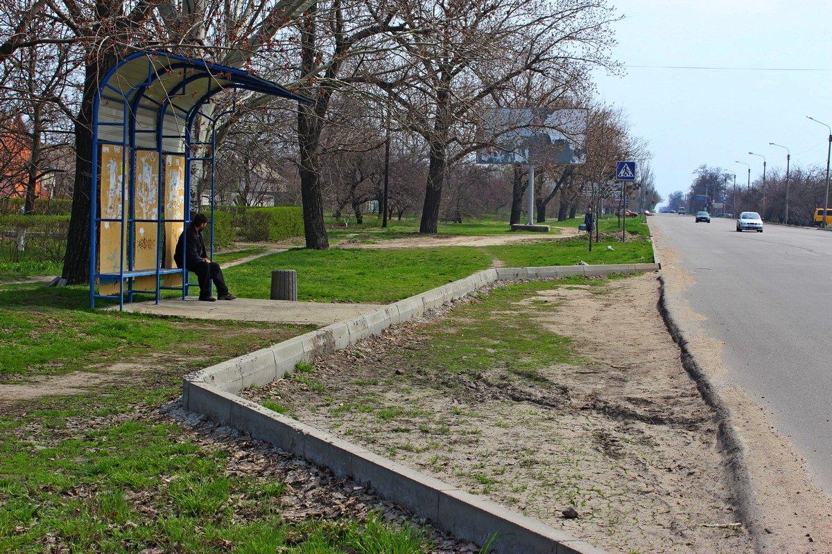 На многострадающей улице Херсонской подрядчик забыл заасфальтировать карман автобусной остановки