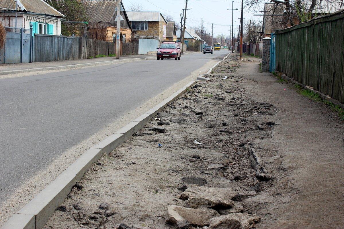 Ремонтируя улицу Довгалевскую, подрядчик оставил после себя мусор на тротуарах.