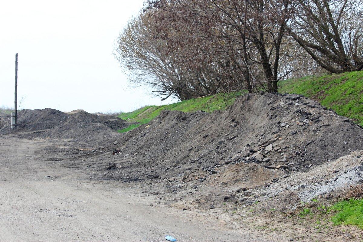 Ещё областной подрядчик оставил горы мусора возле домов людей, который должен был убрать