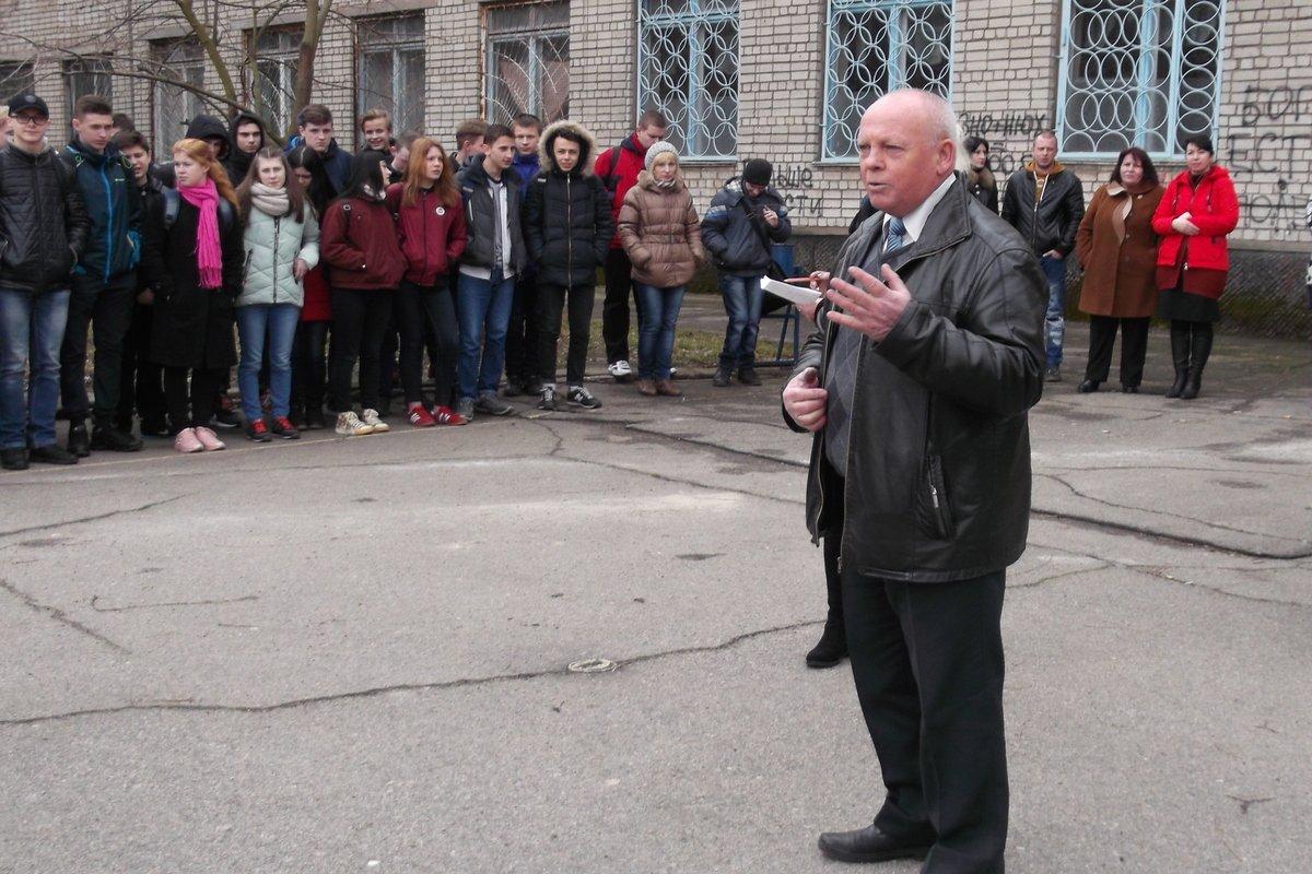 Студентов и преподавателей собрали на спортивной площадке