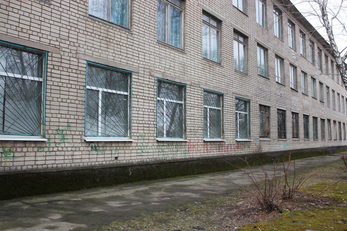 Все окна на первом этаже зарешечены
