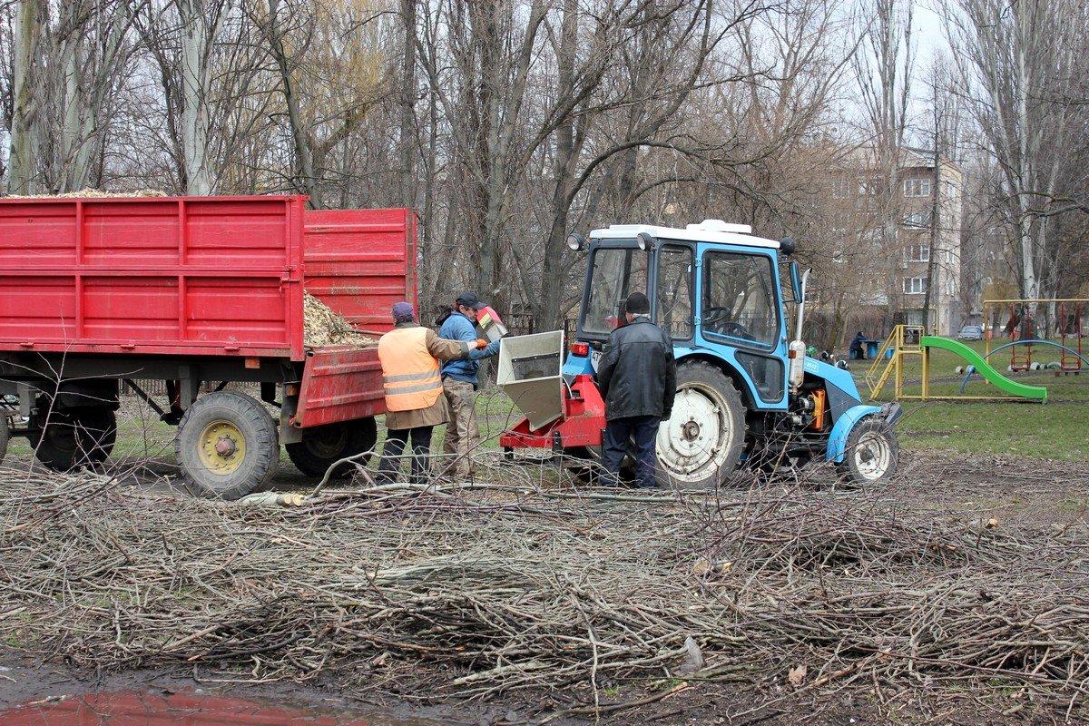 Обрезанные ветви тут же перерабатывают в тырсу с помощью специальной машины