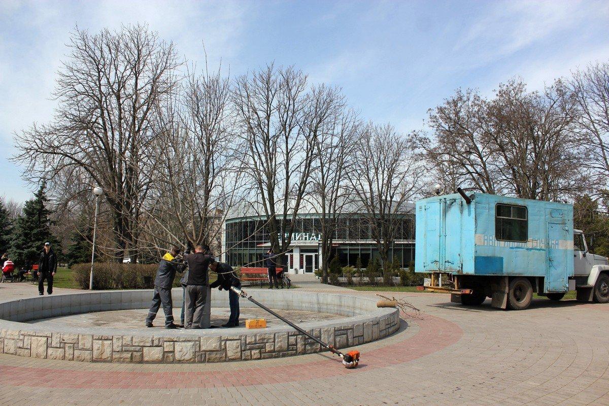Пасхальное дерево установили в фонтане