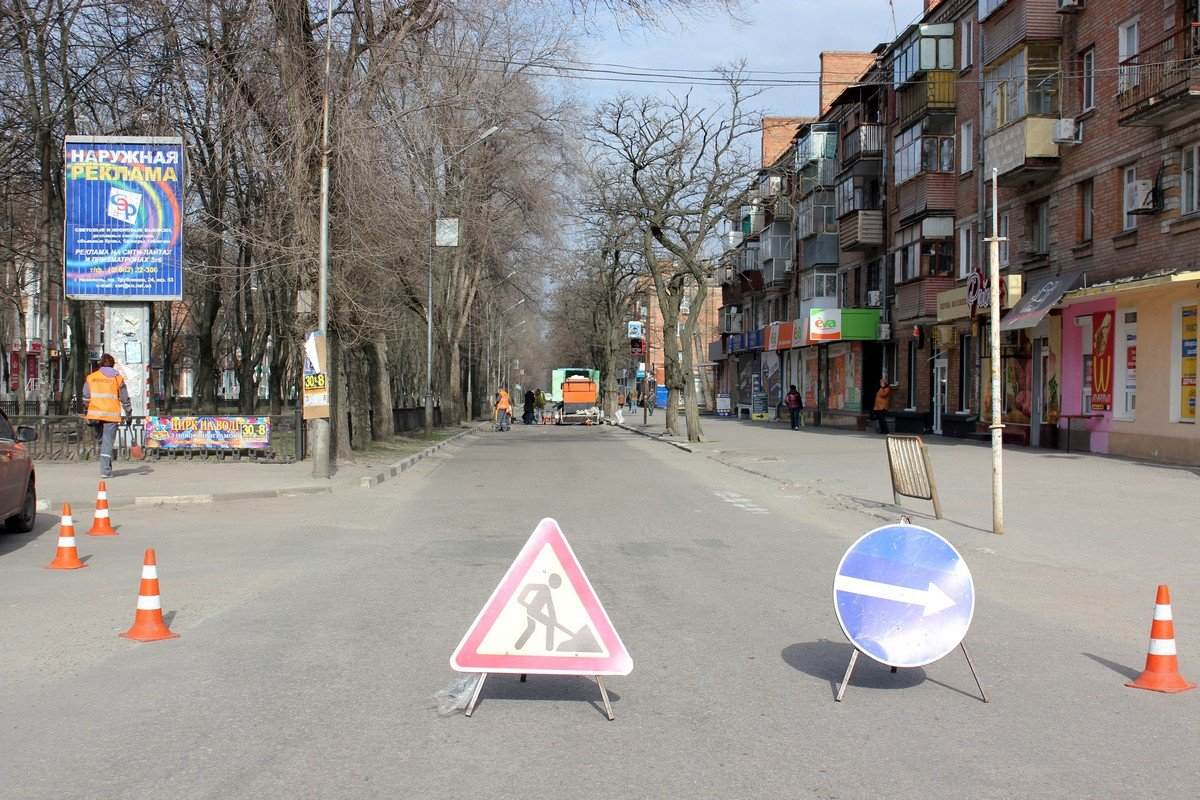 На аварийном участке в районе площади Независимости латают дорогу