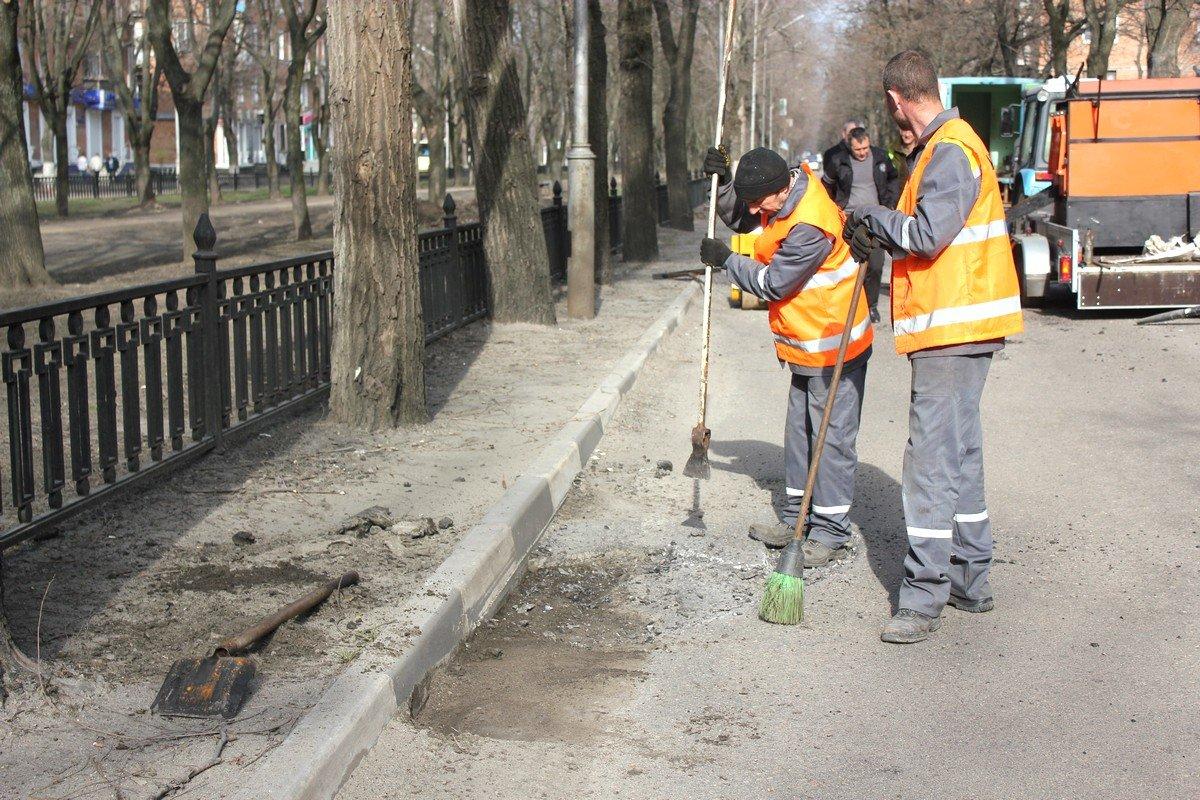 Бригада рабочих подготавливает ямы: глубокие - выравнивают до минус пяти сантиметров и утрамбовывают виброногой
