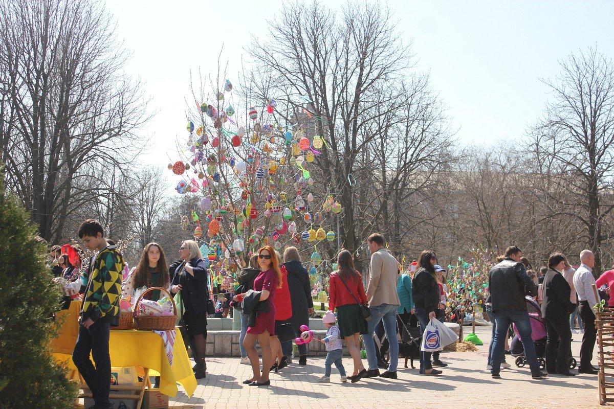 7 апреля на аллее за горисполкомом украсили пасхальное дерево