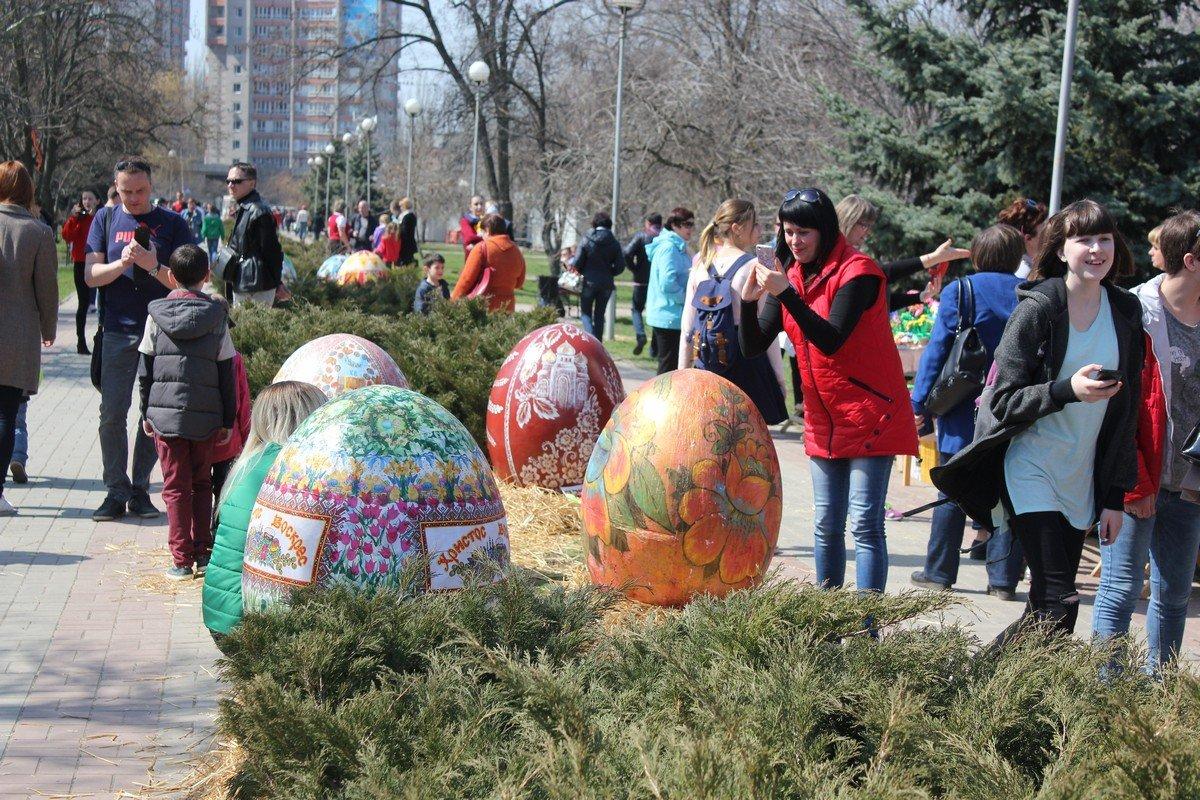Гигантские яйца расписали дети