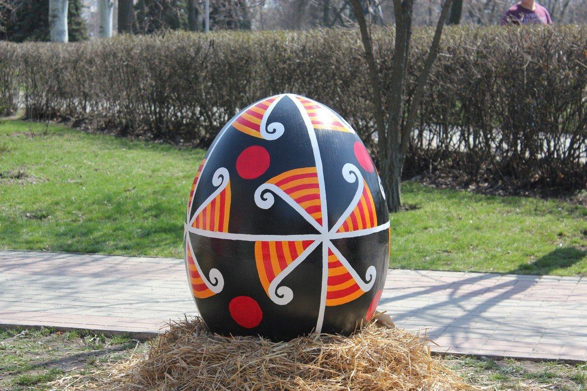 Гигантские яйца расписали школьники