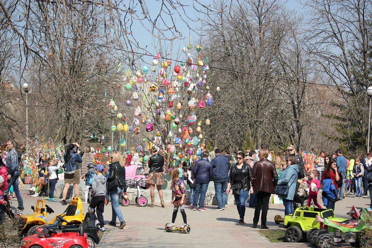 Четвертый год в канун Пасхи в Никополе украшают пасхальное дерево детскими поделками