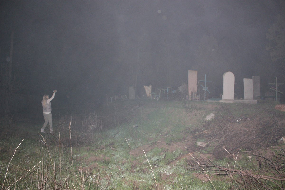 Среди могил стоял густой дым