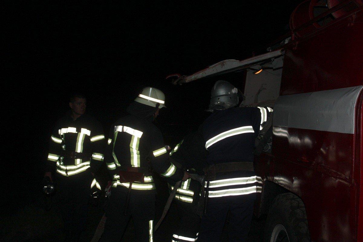 Огонь тушили четыре спасателя