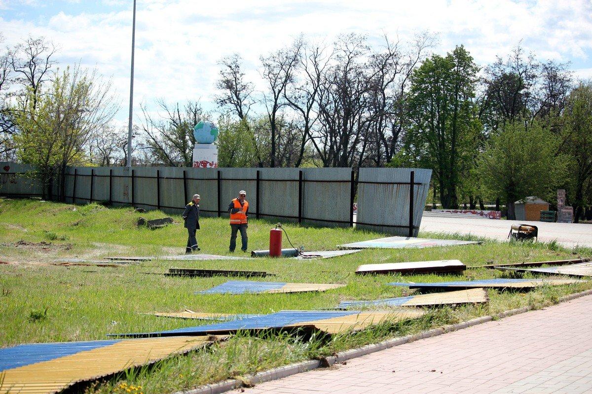 В центре Никополя снесли патриотический забор