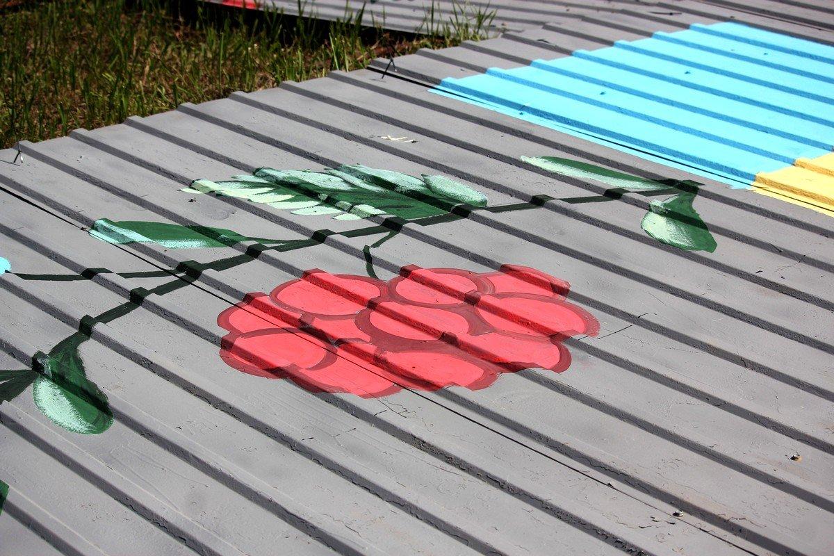 Активисты украшали забор росписями