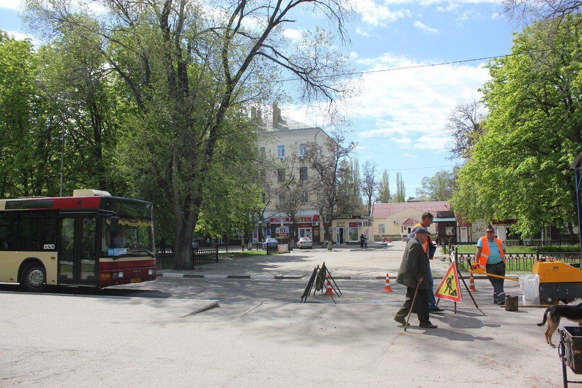 """В Никополе """"латают"""" ямы на проспекте Трубников"""
