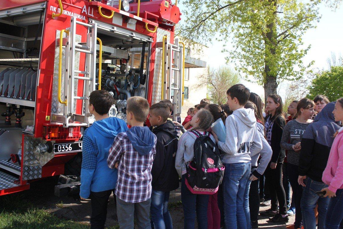 Ученикампродемонстрировали современный пожарный автомобиль и провели инструктаж по безопасности