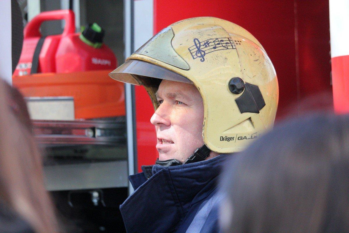 Спасатель рассказывает детям как пользоваться огнетушителем