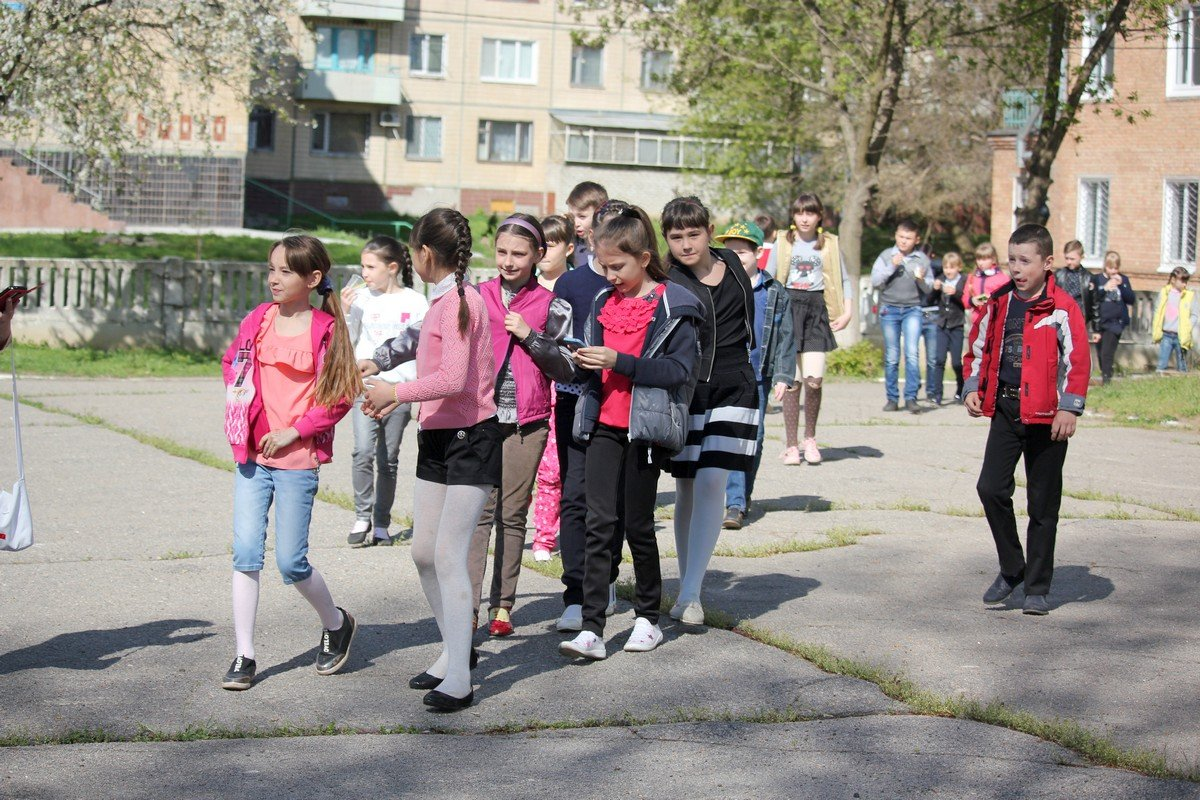 Дети спешат на школьный двор