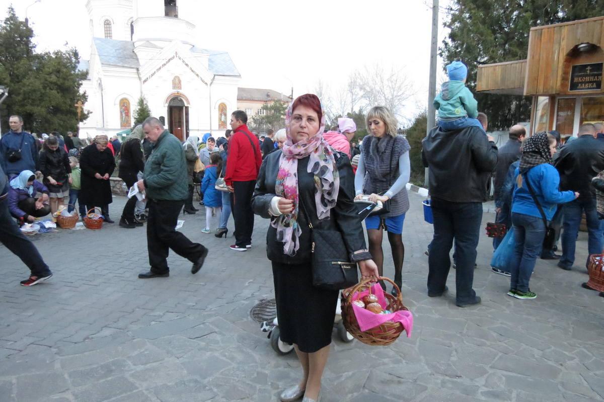 В Спасо-Преображенском соборе освящение пасок и яиц началось в 11:00