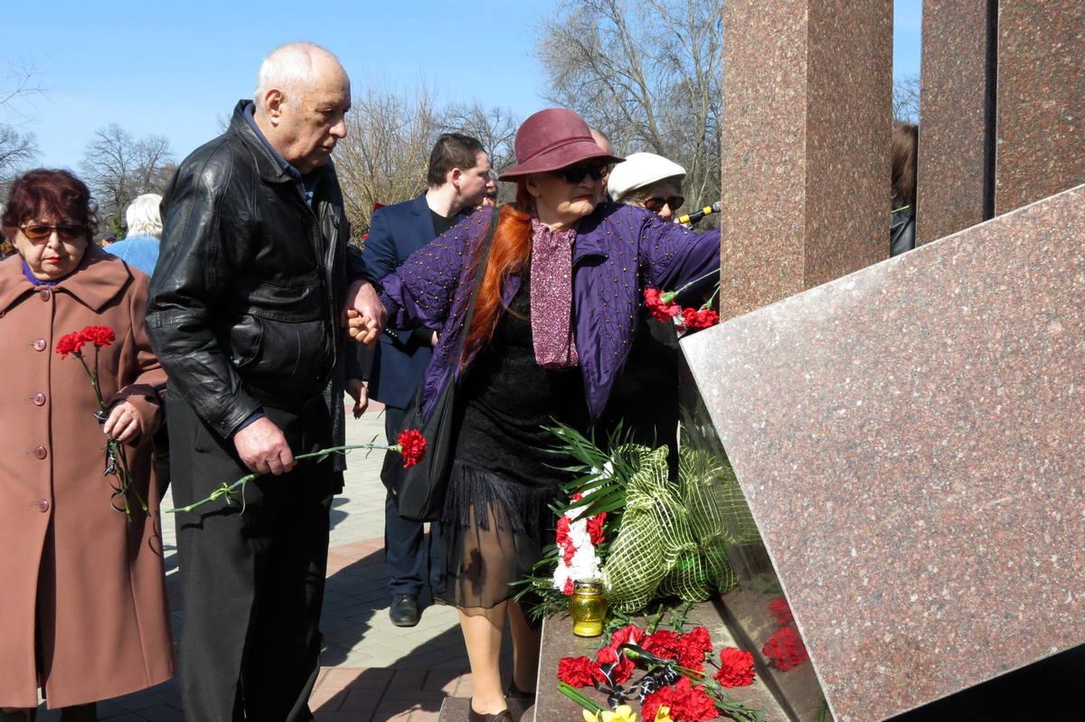 Горожане выразили почтение погибшим возложением цветов