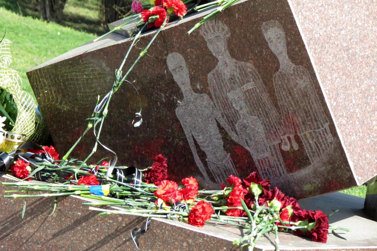 В Никополемемориал узникам-жертвам нацизма был открыт по инициативе благотворителей в 2005 году