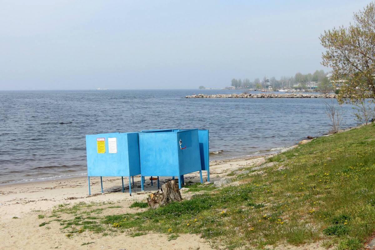 От мусора песок очищают вручную