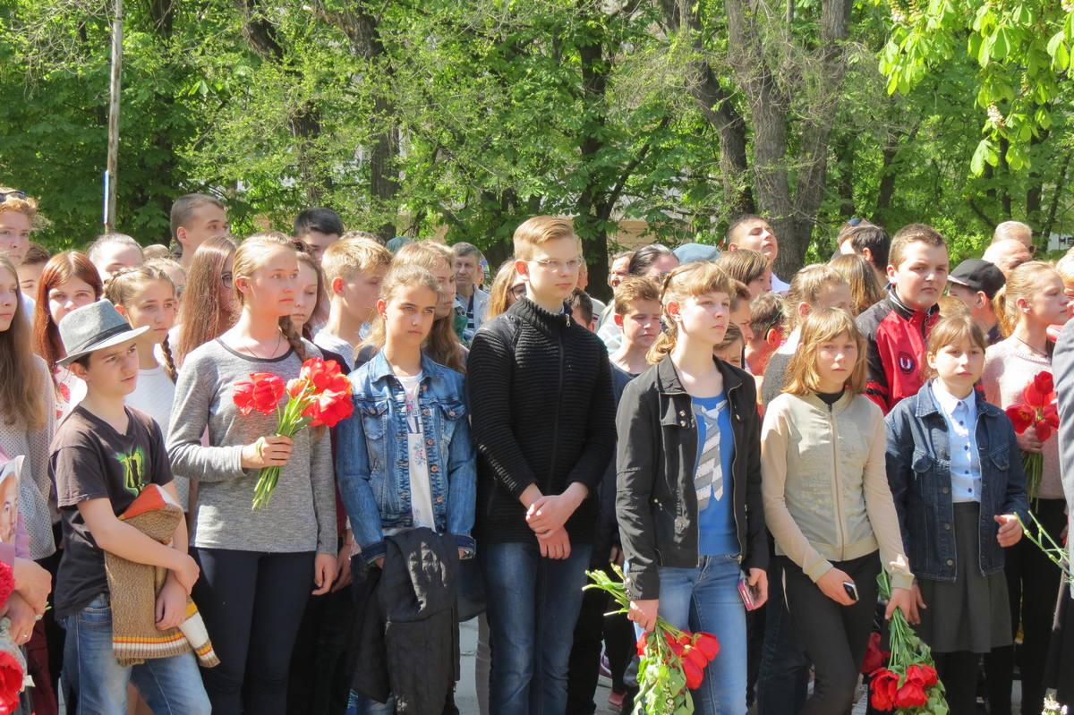 Школьники во время митинга