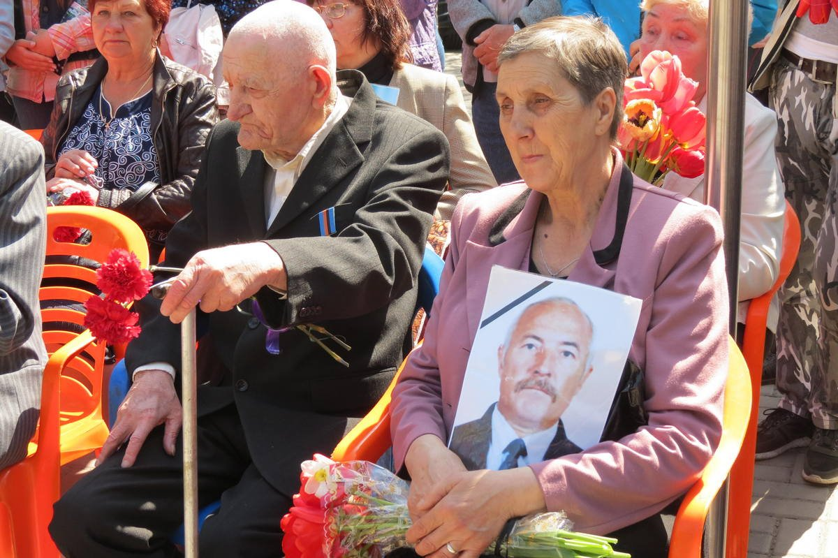 С фотографиями погибших в руках к мемориалу пришли вдовы