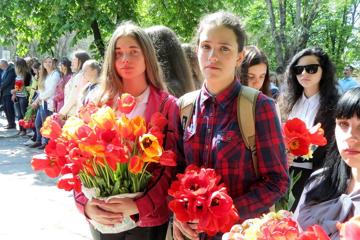 Школьники пришли с тюльпанами