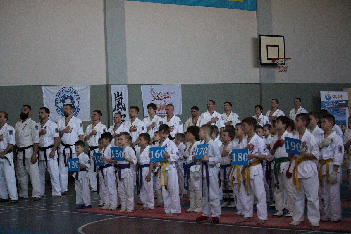 В соревнованиях принимают участие дети и юноши