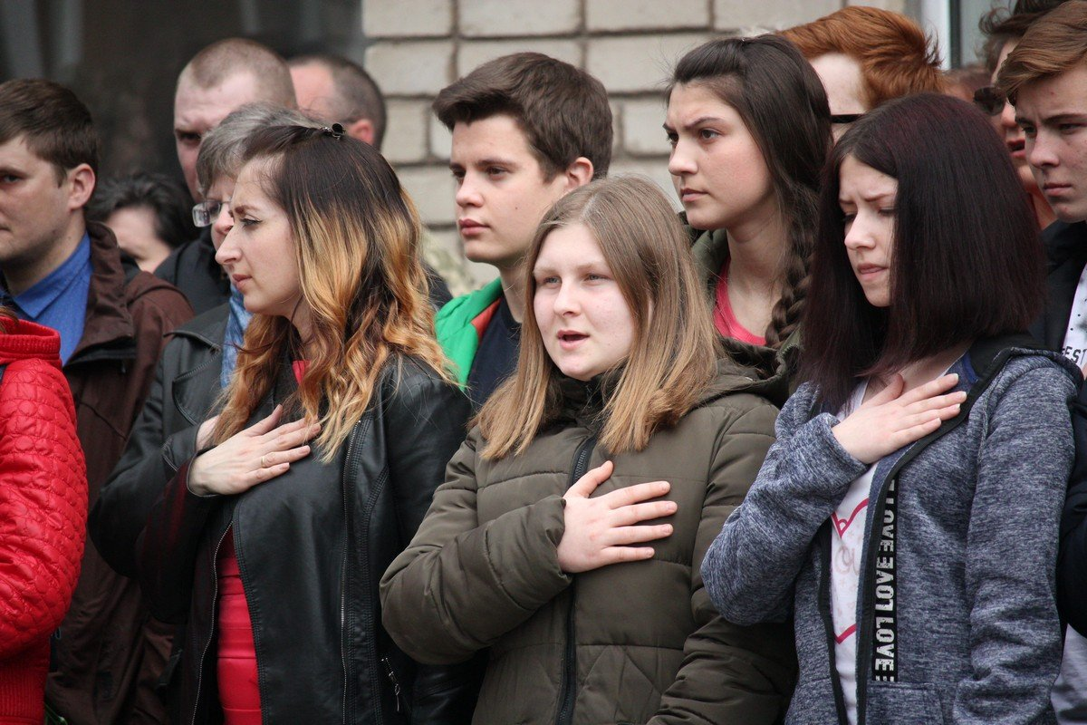 Звучит гимн Украины