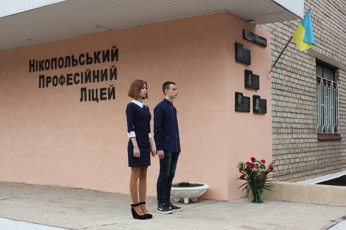 На здании лицея четыре памятных знака