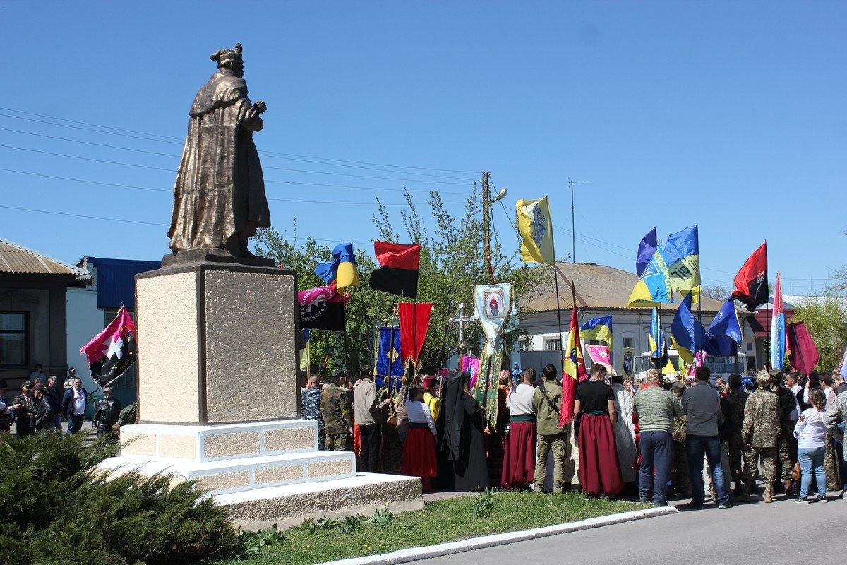 """После торжественной части колонна направилась к памятнику """"Защитник Украины"""""""