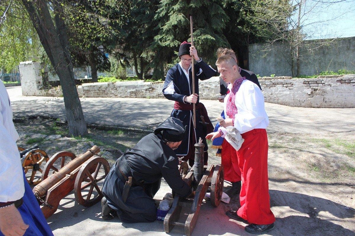 Прозвучали выстрелы из казацких пушек
