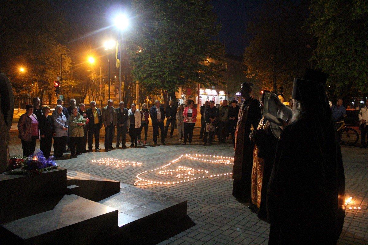 Возле памятного знака священнослужители провели молебен