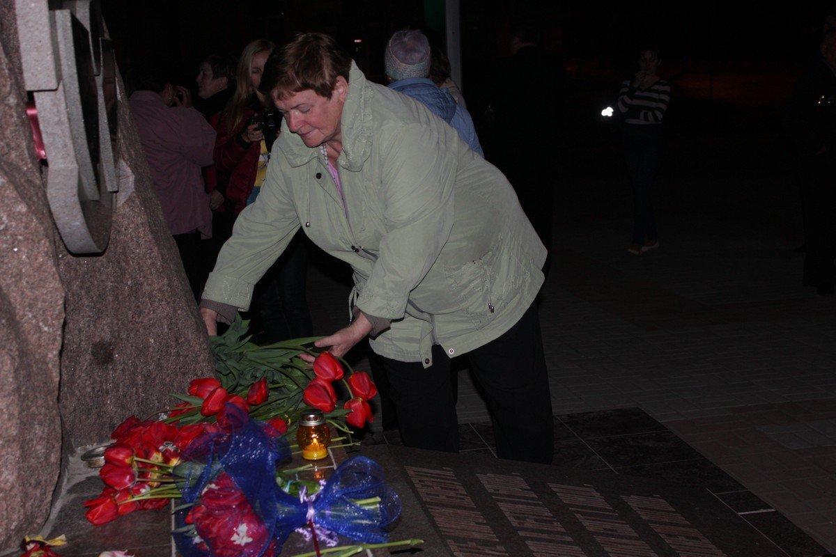 Никопольчане возложили цветы к памятному знаку