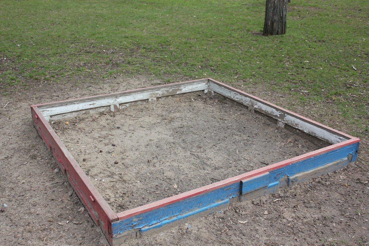 Грустная песочница на площадке возле Элит-клуба