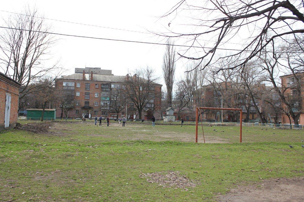 Стадион и площадка в районе бывшего отделения почты в районе площади Независимости