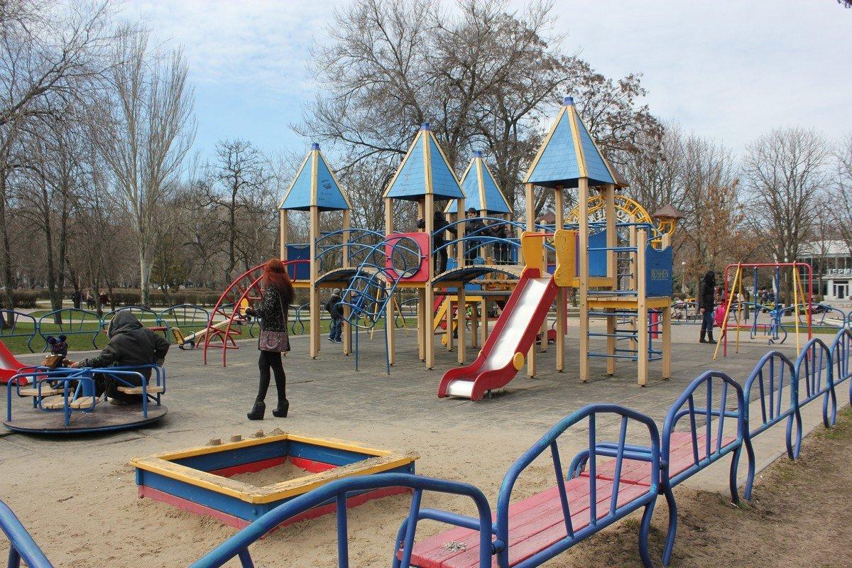 Площадка с прорезиненным покрытием в районе Горисполкома