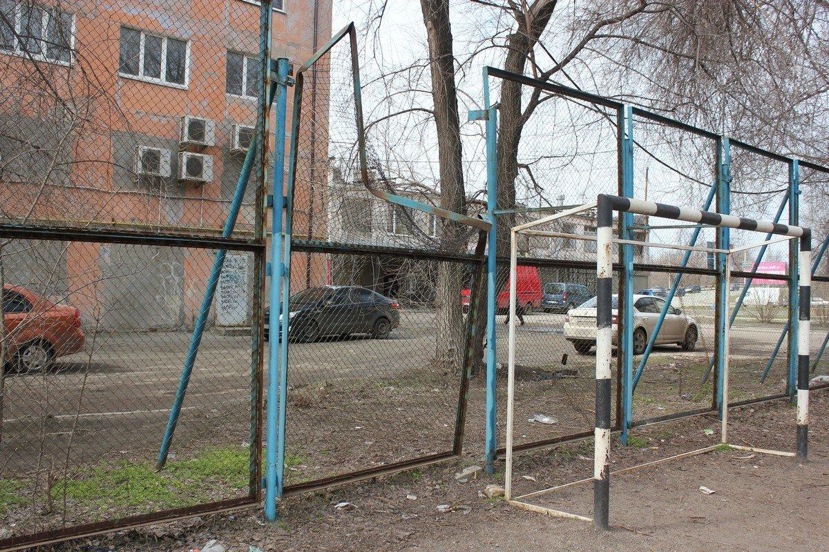 Сборщики металла добрались до секций ограждения спортивной площадки
