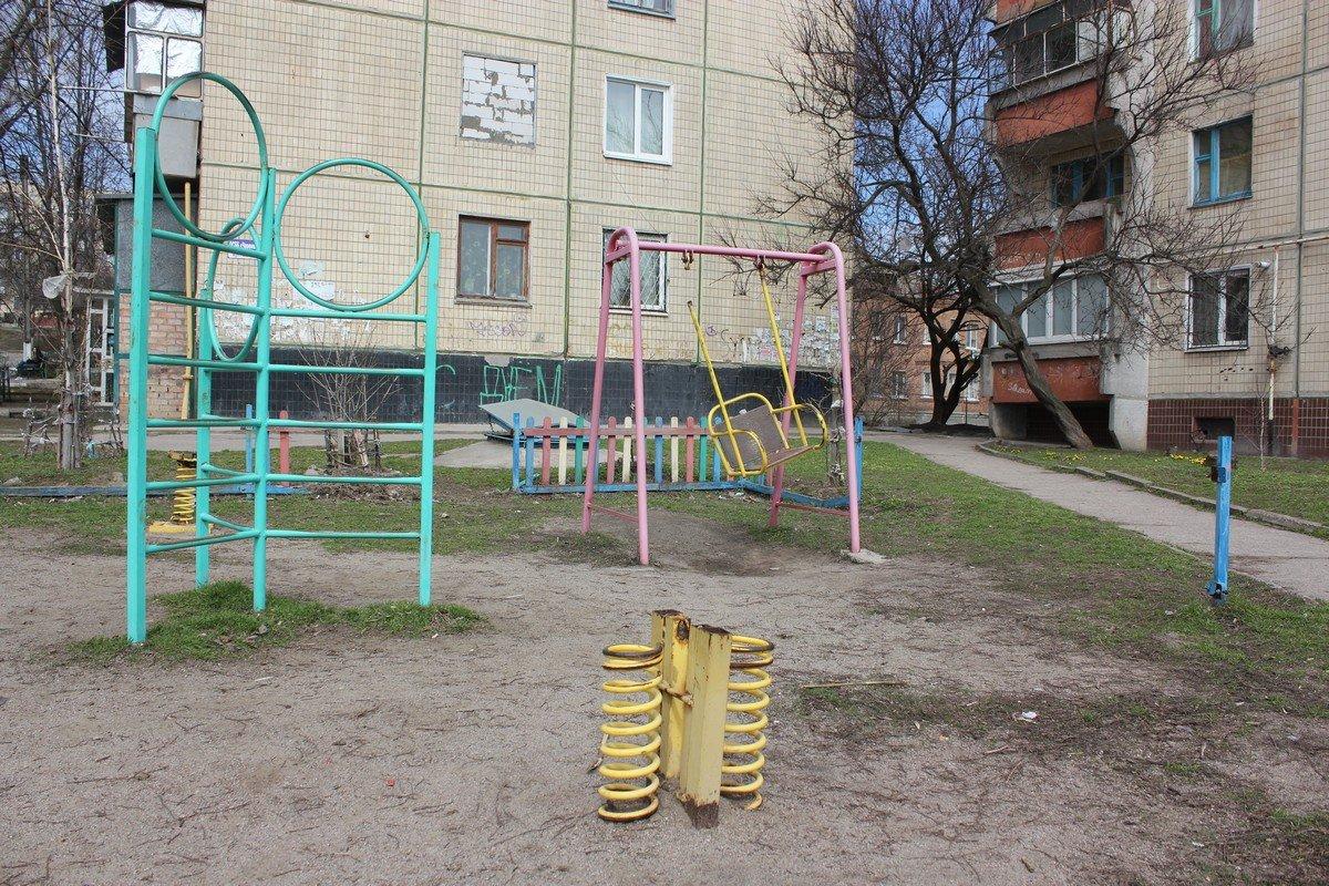 Состояние многих детских площадок в городе - катастрофическое