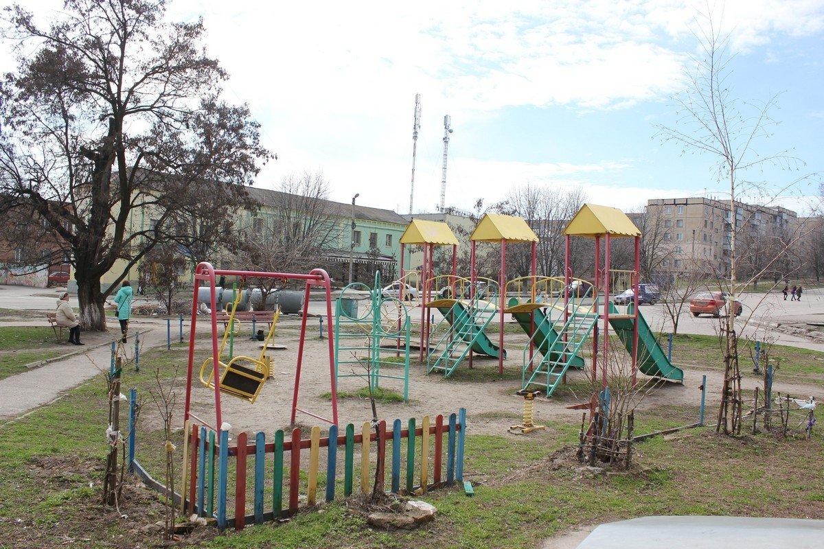 На детской площадке полная разруха