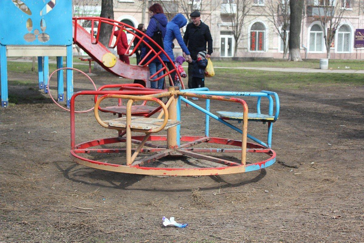 В весенние теплые дни детям негде играть