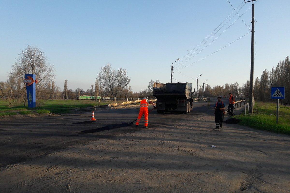 Возле Никополя ремонтируют дорожное полотно