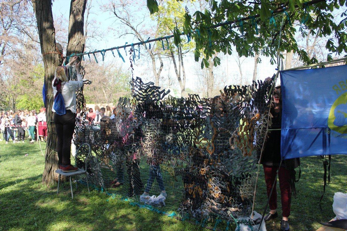 Желающие плетут камуфляжную сетку