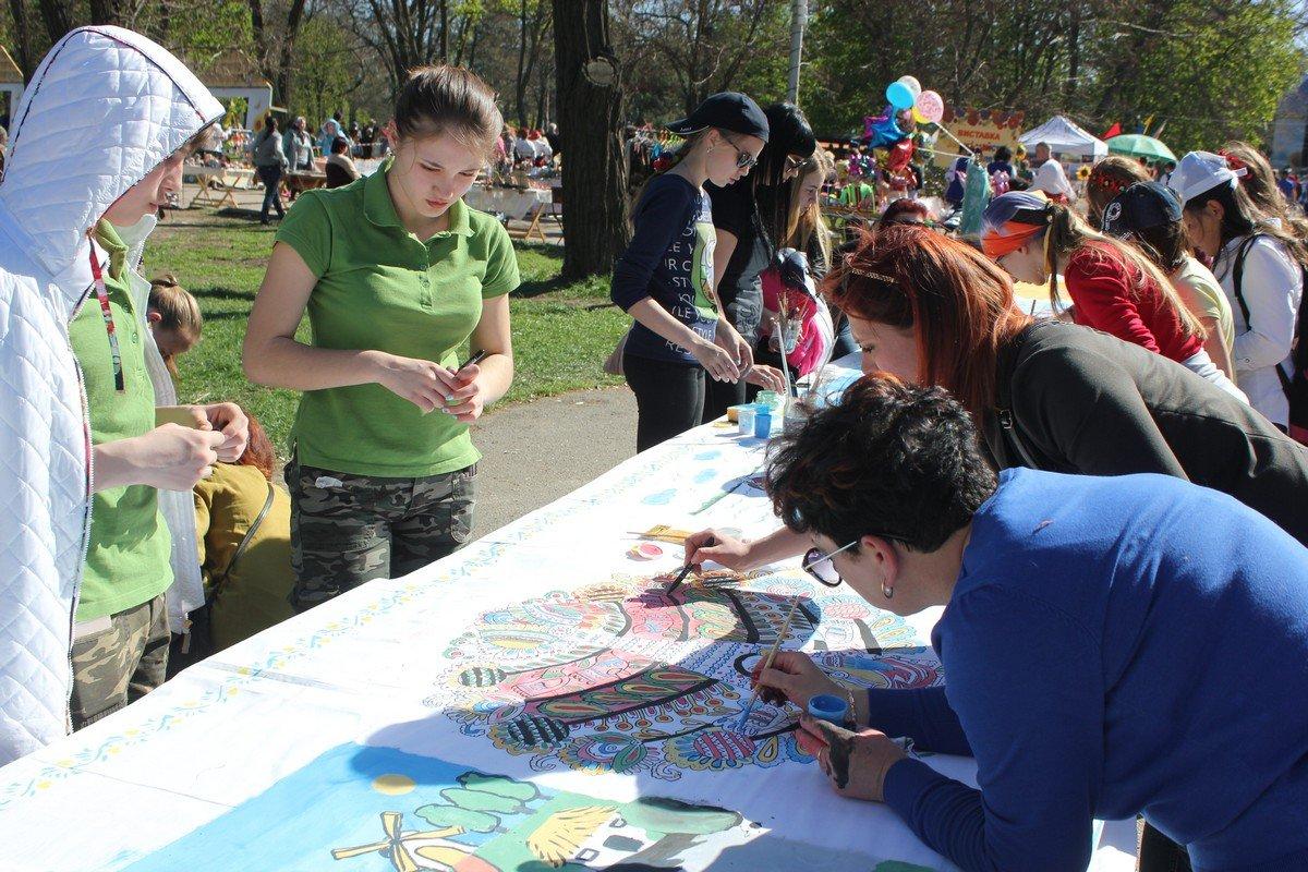Представители учебных заведений города рисуют картины